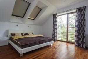 Elegancka i nowoczesna sypialnia z balkonem