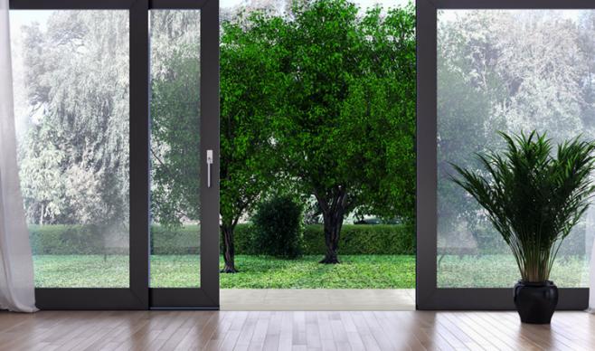 Drzwi tarasowe z widokiem na ogród